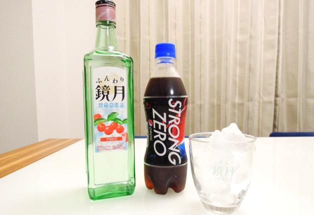 ふんわり鏡月、ペプシストロングゼロのボトルと氷の入ったグラス