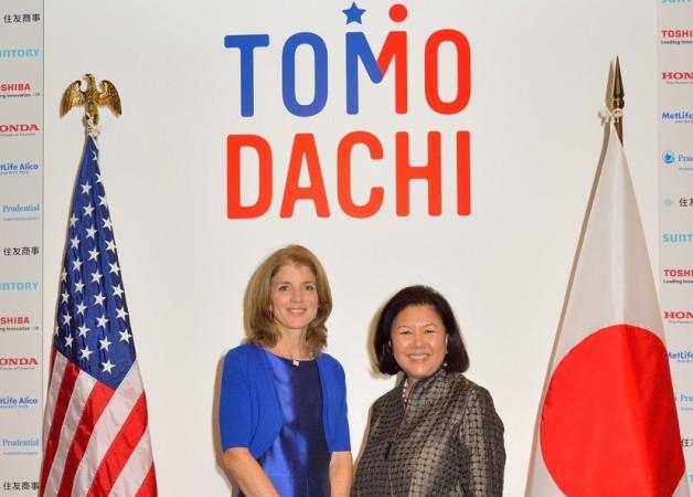 アメリカと日本の国旗、TOMODACHIの文字をバックに