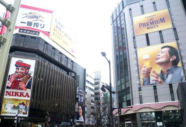 【年末年始は「プレモル」を♪】札幌すすきの交差点に「ザ・プレミアム・モルツ」大型屋外広告が登場!