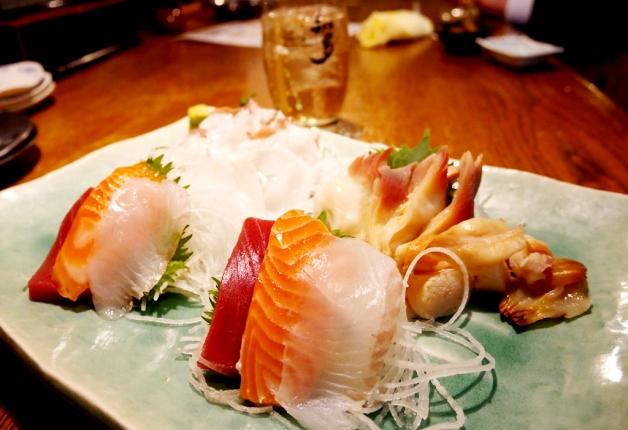 【オサナイミカの飲み食べ探訪記】昭和レトロな店内で鮮魚のお刺身が楽しめる「港町トマコマイ飲食街 ゴーゴー食堂」