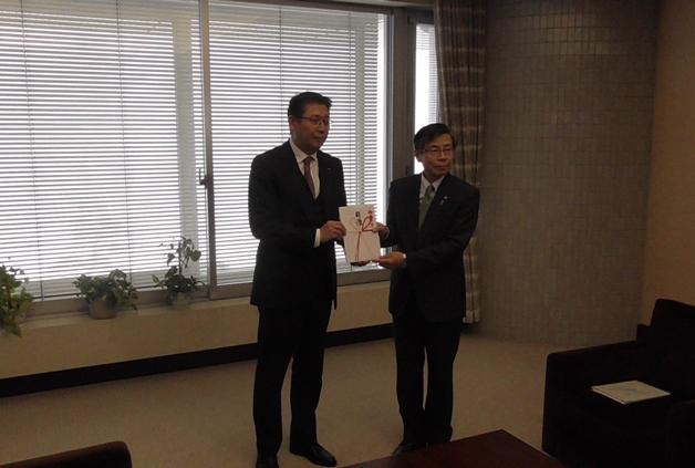 【新潟県庁を表敬訪問】「プレモル」の「新潟オリジナルデザインパック」の売上金を贈呈しました!