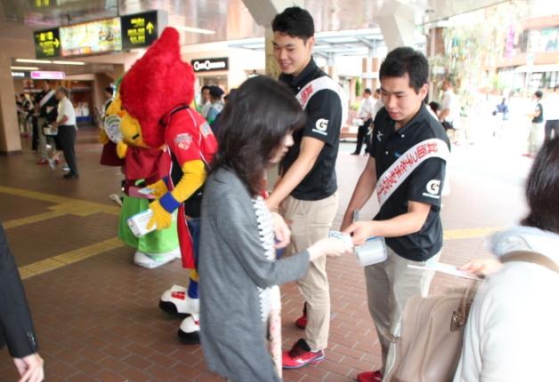 阪急箕面駅前でキャンペーンを行う選手たち