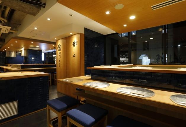 同じ空間に2つのお店が!「餃子と煮込み」「魚屋鮨しん」で名物の餃子や新鮮なネタの鮨を楽しもう♪(京都・下京区)