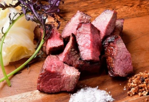 「薪焼き肉バル Crackle(クラックル)」で「メーカーズクラフトハイボール」と薪焼き肉料理を楽しもう。(大阪・北区)