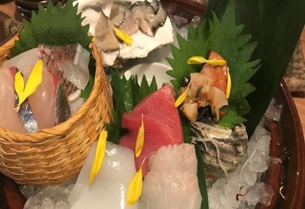 職人が握る鮮魚のお寿司や定番居酒屋メニューが目白押しの「ウメダ大酒場 角打ち」で「プレモル」と乾杯!(大阪・梅田)