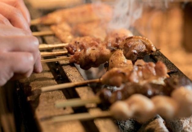 炭火で焼きあげた京七谷赤鶏の焼鳥と「ザ・モルツ」が堪能できる「焼鳥つじや京都駅前西店」(京都)