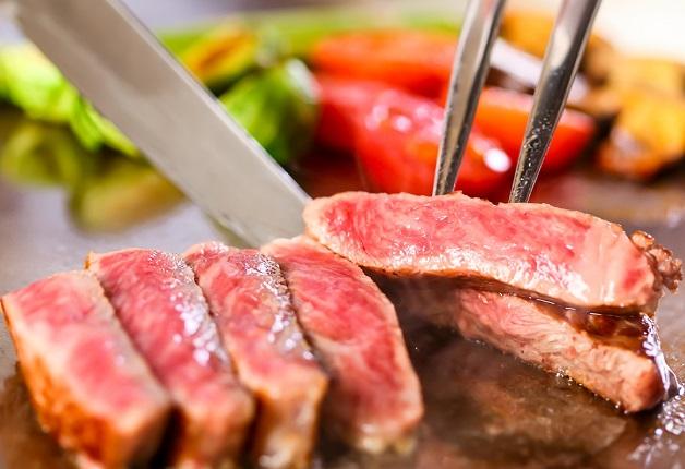 「LITTLE MONSTER STEAK & ROASTBEEF」のステーキ食べ放題コースでジューシーな牛ロースステーキと「ザ・プレミアム・モルツ〈香る〉エール」を思う存分堪能しよう!(大阪・梅田)