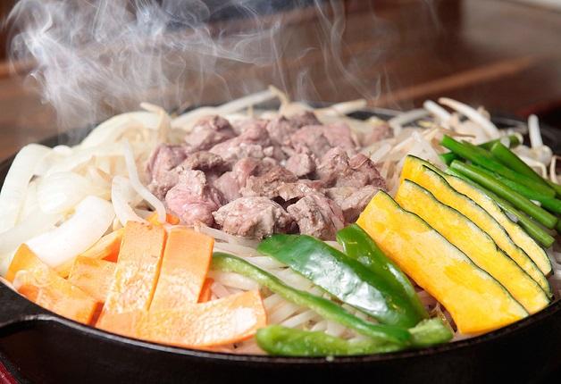 厳選されたラム肉を使用した絶品「ジンギスカン」を「ザ・プレミアム・モルツ」とともに味わおう!「ジンギスカン専門店」(京都・祇園四条)