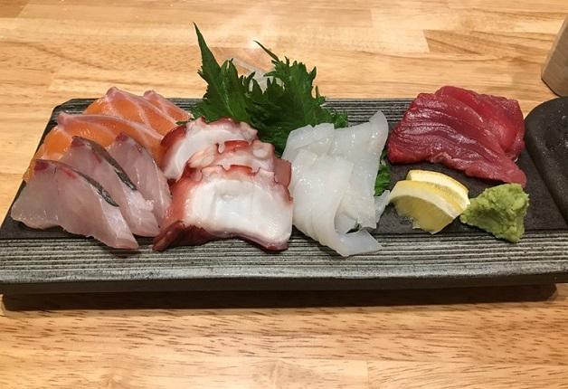 """名物""""鉄板串""""や新鮮な海鮮料理とともに「〈香る〉エール」や「角ハイボール」で乾杯♪「鉄板処 こてつ」(大阪・十三)"""