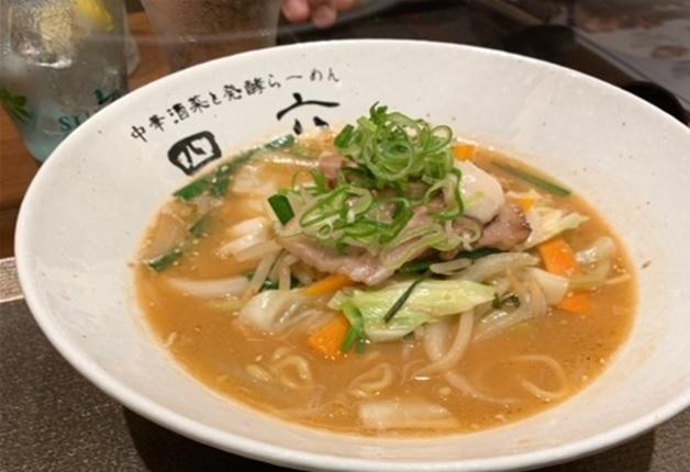 まろやかな味わいの決め手は発酵調味料!「中華酒菜と発酵らーめん 四六(しろく)」で、体に優しく味わい深いラーメンと「プレモル」を愉しもう♪(大阪・なんば)