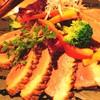 オペラの鑑賞席をイメージした空間でこだわりの鴨料理と「カールスバーグ」を楽しめる「鴨餃子とワイン オペレッタ52」(東梅田)