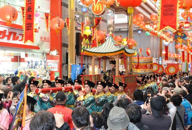 (終了しました)ランタンフェスティバルはプレモル片手に♪パレード皇帝役は、長崎出身・サントリーのラガーマン!