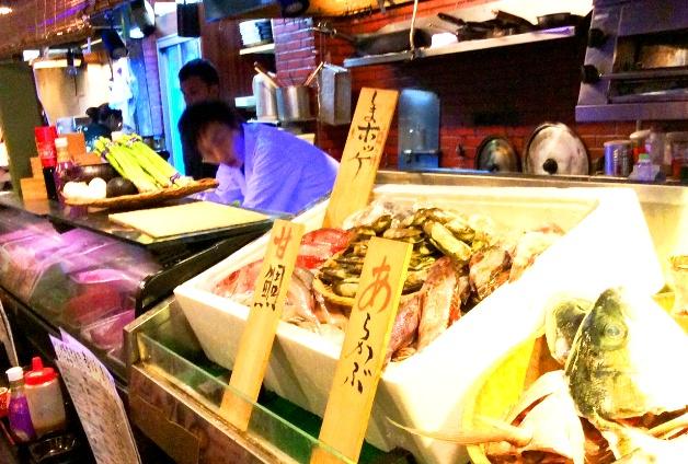 新鮮な魚介がすらりと並ぶカウンター
