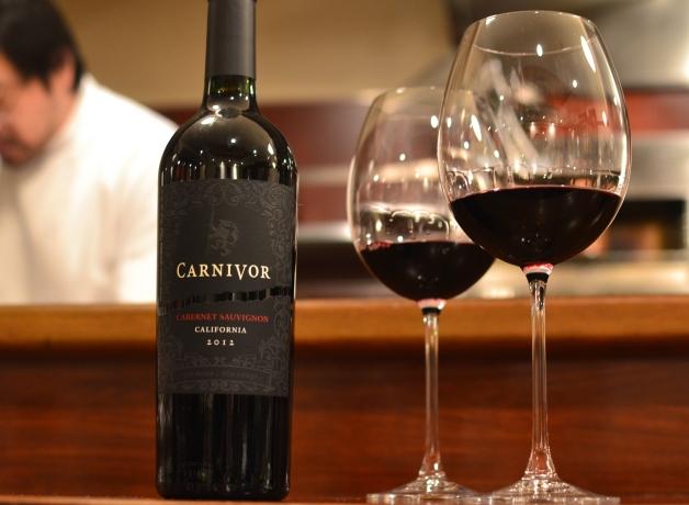 「カーニヴォ」とワイングラス