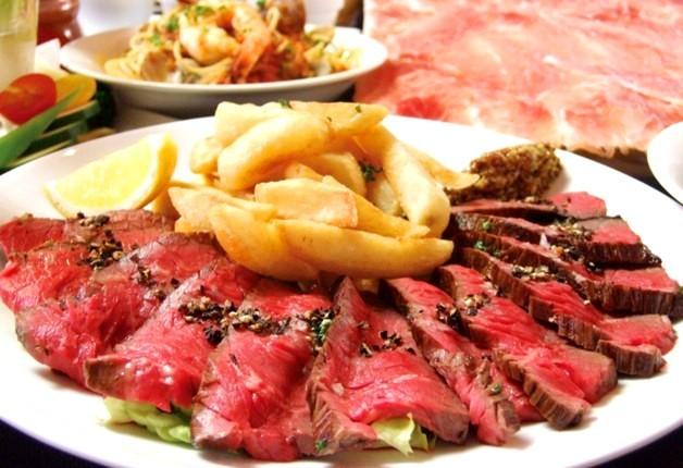 大皿の盛られた美味しそうな熟成肉