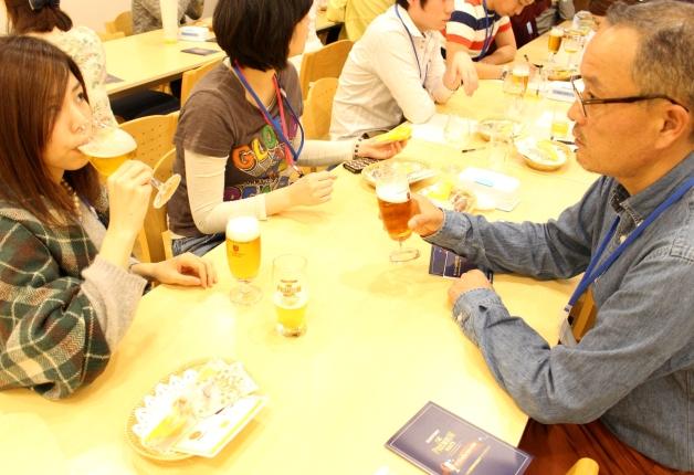 「ザ・プレミアム・モルツ マスターズドリーム」を試飲しながら講座を受講する人々