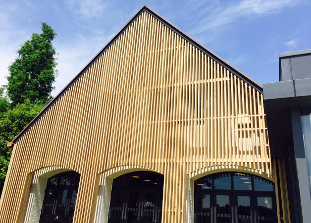 「ザ・プレミアム・モルツタップバー/レストラン阿蘇」の外観・三角屋根