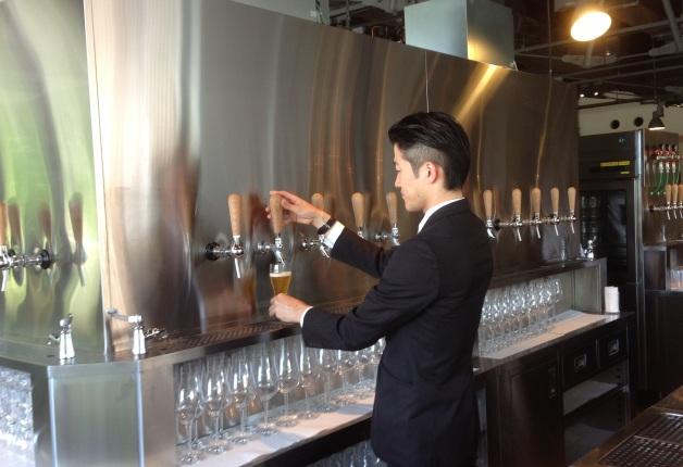 タップからビールを注ぐ男性