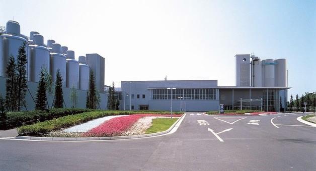 サントリー九州熊本工場の外観、花壇には色鮮やかな花が。