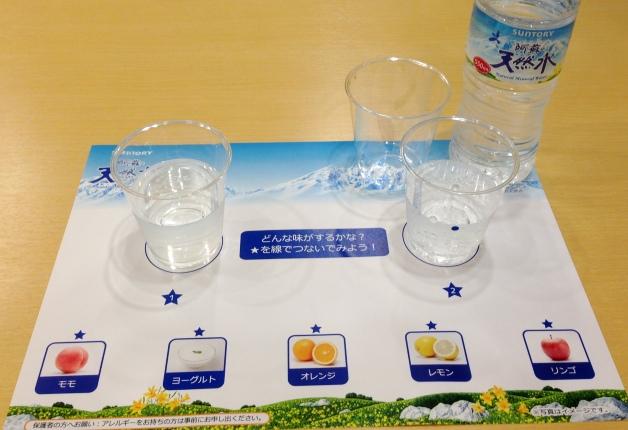 数個のプラカップに注がれた天然水