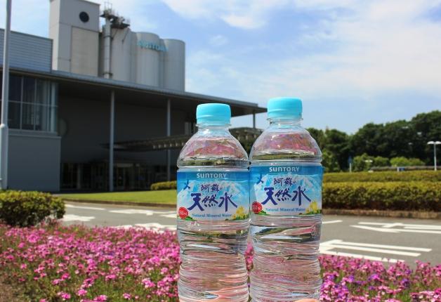 サントリー九州熊本工場をバックに2本並んだ阿蘇の天然水