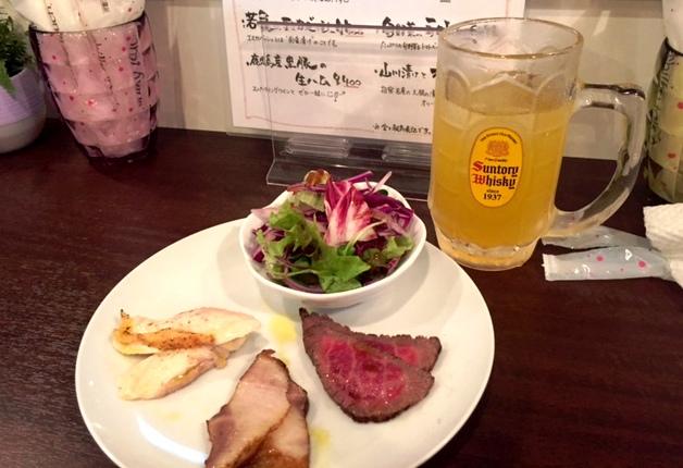 テーブルの上に美味しそうな料理と「かごんま角ハイボール」