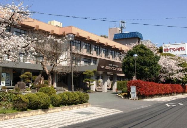 「菊池グランドホテル」の桜の季節の外観