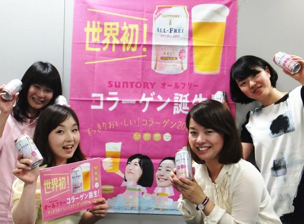 「オールフリーコラーゲン」を持ってポスターの前で笑顔の女性