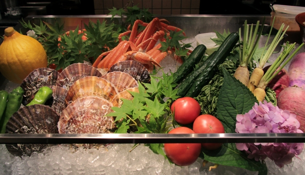 ショーケースに野菜や魚介類