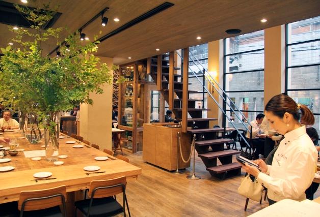 モダンな店内のテーブルと階段