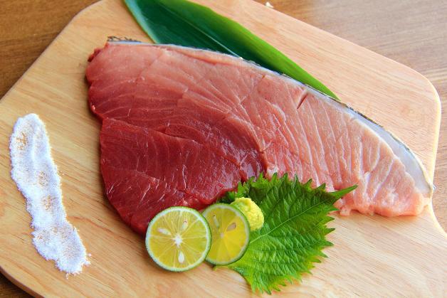 新鮮魚介と豊富なお酒が楽しめる!「MOKKEI 木鶏(もっけい)」で「本マグロの断面刺し」を味わう