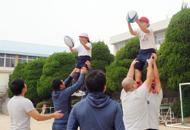 【サントリー水の国くまもと応援プロジェクト】小学校にサンゴリアスがやってきた! 熊本でラグビークリニック開催