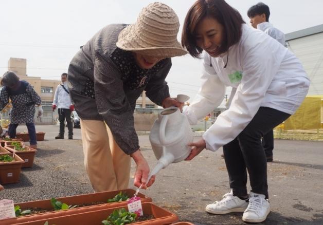 【サントリー水の国くまもと応援プロジェクト】嘉島町の小学校、益城町の仮設住宅で花植えワークショップを実施しました