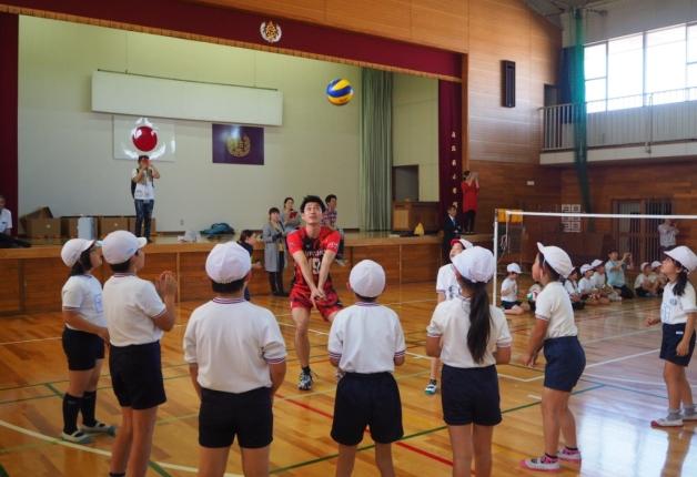 【サントリー水の国くまもと応援プロジェクト】熊本県嘉島西小学校でバレーボール教室を開催しました!