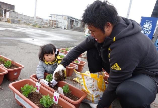 【サントリー水の国くまもと応援プロジェクト】仮設住宅にお花をお届け!「くまもとフラワープロジェクト」♪