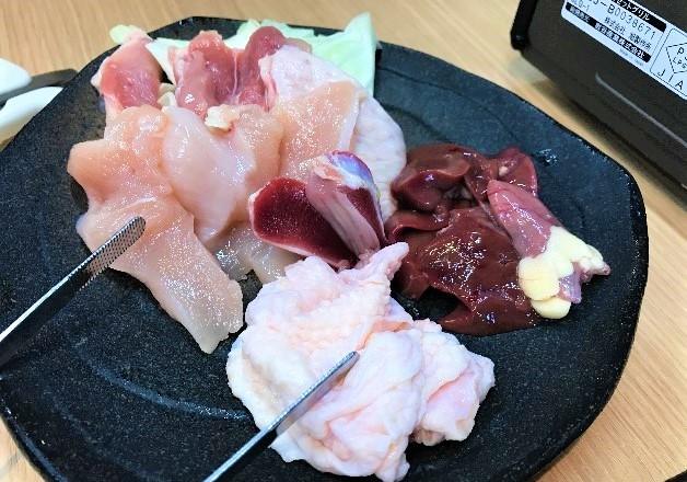 福岡県八女茶で育てた「はかた一番どり」をプレモル」や「角ハイボール」とともに堪能しよう!「炭焼きキッチン肉あらい」(福岡・箱崎)