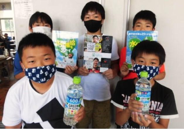 【サントリー熊本復興支援活動】8,200名の熊本の子どもたちへ「GREEN DA・KA・RA」と「応援メッセージ入りオリジナル下敷き」をお届けしました!