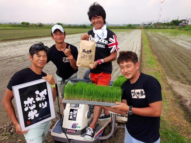 【プレモル大使DJ EIJIの活動日記】「波ツ恋米」田植えのあとはプレモルで乾杯!