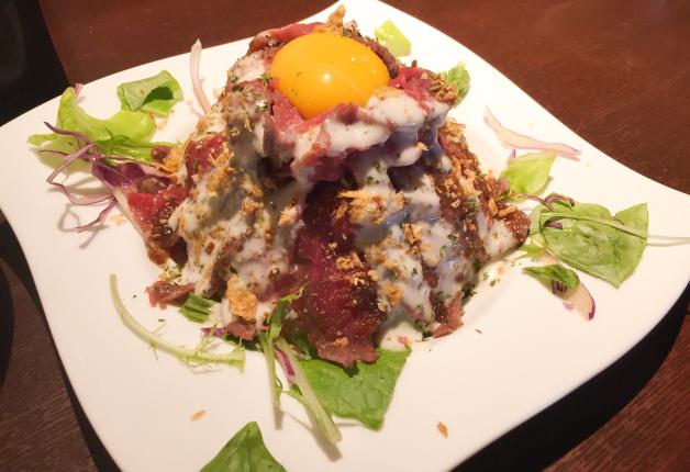 【ボリューム満点ランチ】まるで山!肉料理専門店のローストビーフ丼を「沖縄ブッチャマン」で(泉崎)
