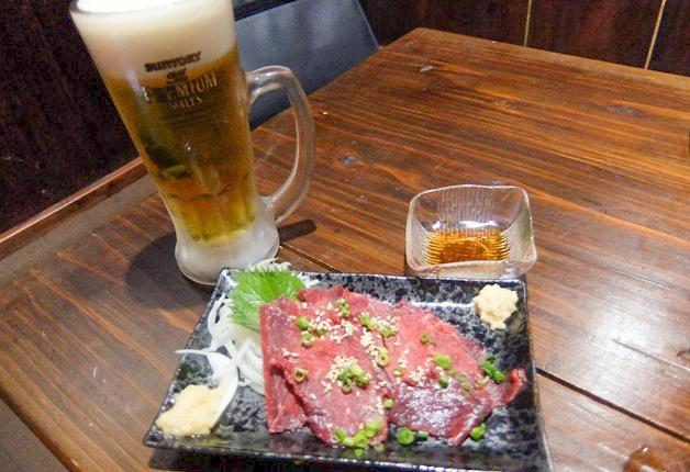 【鮮度バツグン!】うるま市の和風居酒屋「和樂(わらく)」の「本場熊本 穀物馬刺」と「プレモル」で乾杯しよう!