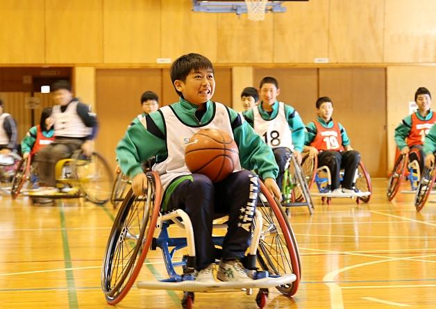 車椅子バスケを体験する生徒