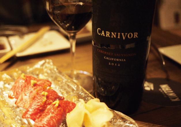 グラスに注がれた黒ワイン・カーナヴォとお肉料理