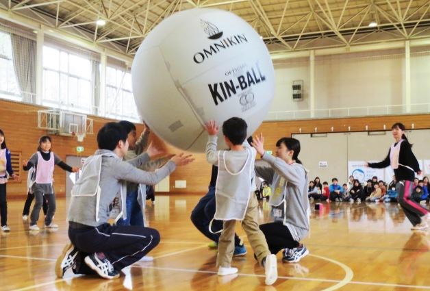 みんなで大きなボールを操って!福島県南相馬市の全学童保育クラブの子どもたちが「キンボール」で汗を流しました
