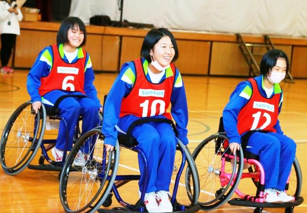 車椅子の走行練習をする生徒たち
