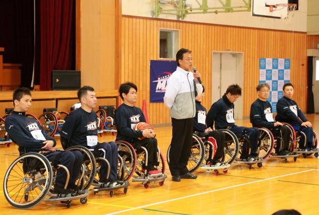 岩佐義明監督と日本代表候補選手3名ほか7名の選手