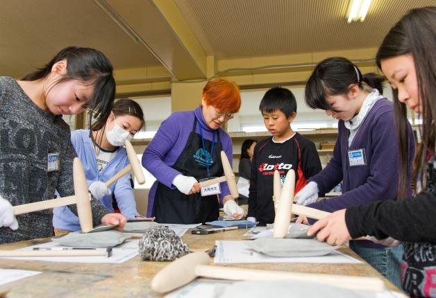人間国宝の大角先生から金工を教わろう!石巻市で「おもしろびじゅつ教室」を実施しました
