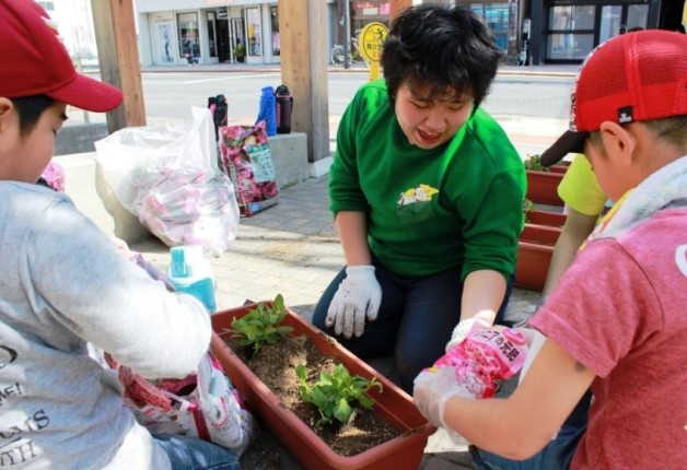 美しい花で東北を明るく☆石巻市子どもセンターにて「大きな花プロジェクト」を実施しました