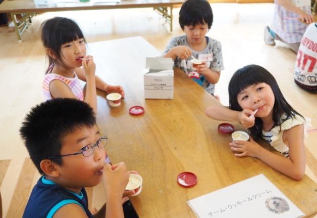 アイスクリームを楽しむ子どもたち