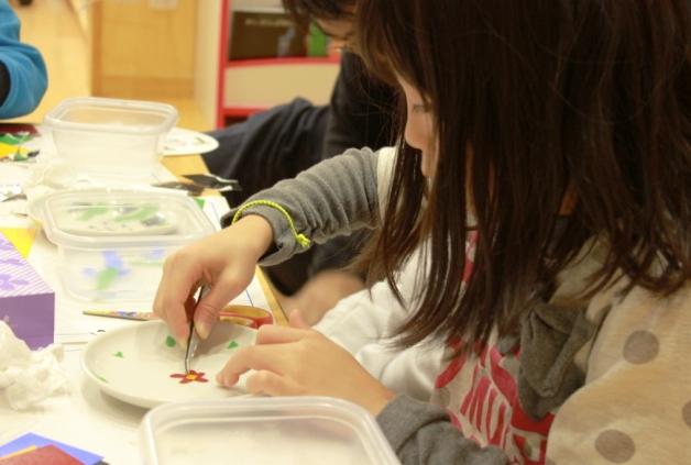 福島県南相馬市の学童保育クラブで伝統工芸作家による「陶芸絵付け体験教室」を開催しました!