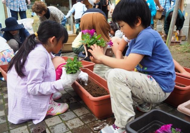 山田町ふれあいセンターと石巻市子どもセンターで花植えのワークショップを行いました!
